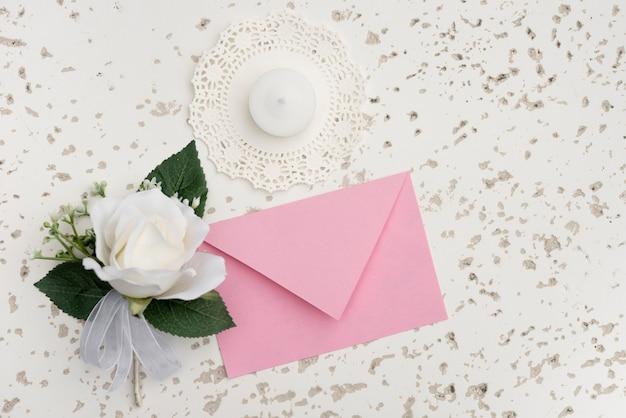 Diseño de invitación de boda con decoración de flor blanca.