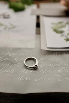 Diseño de letra de caligrafía decorativa me casarás conmigo anillo de boda