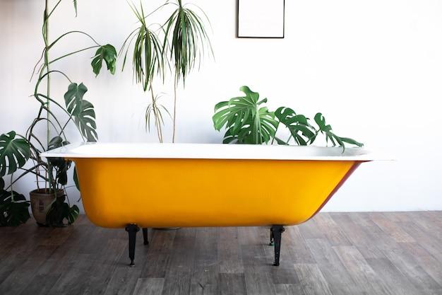Diseño de loft interior de baño o habitación. tendencia de hojas de palma.