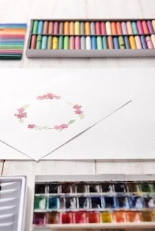Diseño de marco de flores pintado con acuarelas sobre papel.