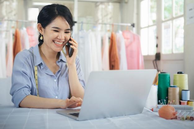 Diseño a medida joven propietario mujer hablando con el cliente