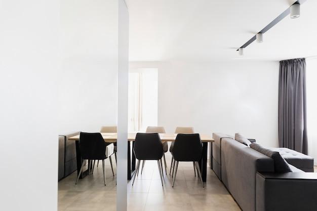 Diseño minimalista de comedor y sala de estar.