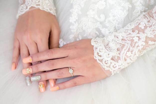 Diseño de moda de joyería y anillo de diamantes de boda