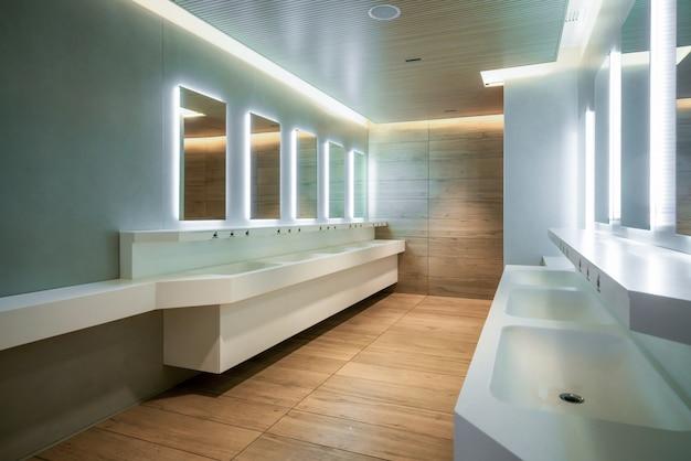Diseño moderno de baño público y baño.