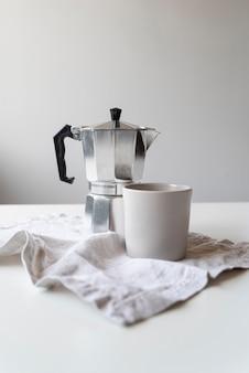 Diseño moderno de cafetera y taza.