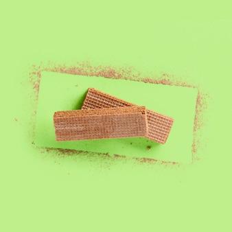 Diseño moderno con obleas y cacao en polvo.