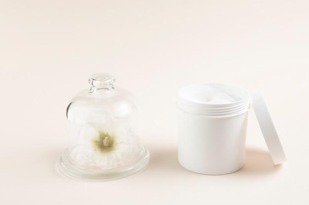 Diseño natural de mantequilla corporal con fondo liso