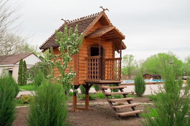 Diseño de paisaje en una fabulosa casa de madera de estilo para niños.