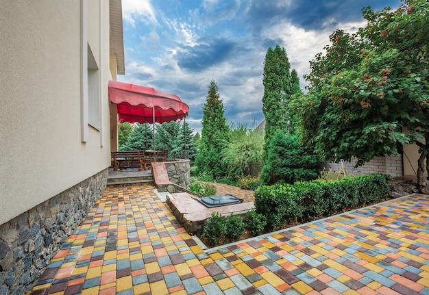 Diseño de paisaje de patio trasero con área de patio acogedor