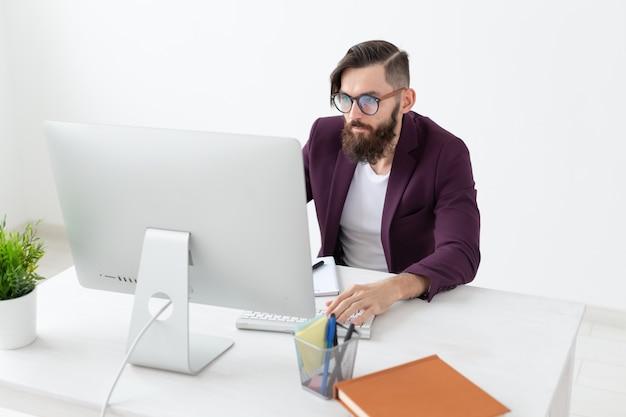 Diseño de personas y diseñador gráfico de concepto de estilo que esboza un nuevo proyecto en una tableta que trabaja en una computadora