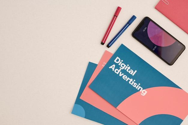 Diseño plano de folletos publicitarios digitales rodeados de teléfonos inteligentes con diagrama financiero en pantalla