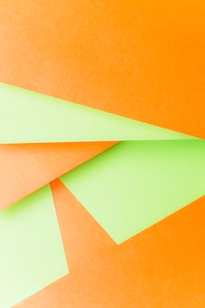 Diseño realizado con fondo de papel verde y naranja.