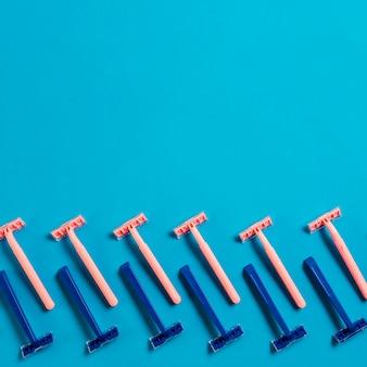 Diseño realizado con hilera de navajas azul y rosa sobre fondo azul.