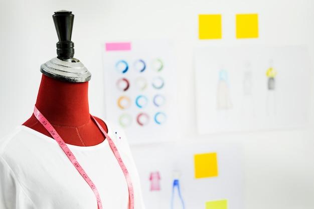 794fc20d2 Diseño de la ropa en maniquí maniquí rojo con la cinta de medición en el  estudio de diseñador de moda de sastres, diseño creativo y concepto  artístico ...