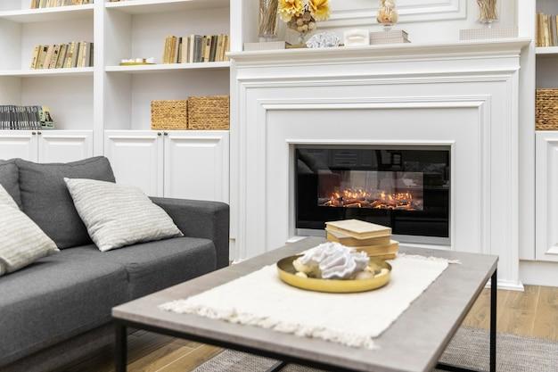 Diseño de sala de estar con sofá y mesa.
