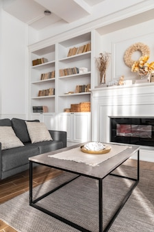 Diseño de sala de estar con sofá.