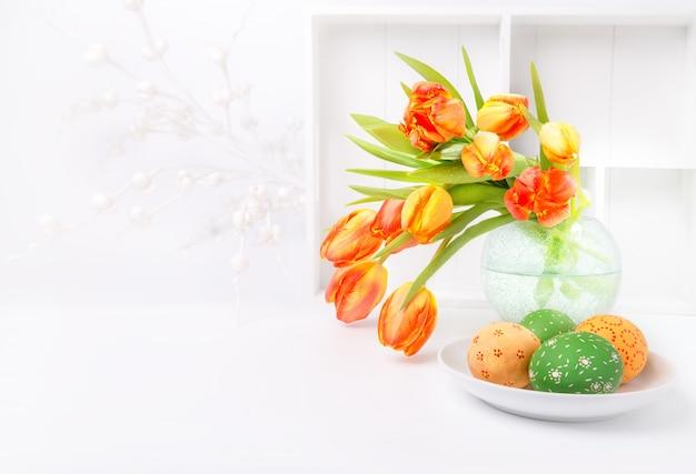 Diseño de tarjeta de felicitación de pascua con ramo de tulipanes y huevos
