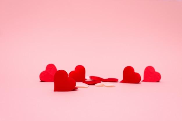 Diseño de tarjeta de felicitación de san valentín con corazones rojos sobre fondo rosa y rojo, para lugar de texto. fondo de boda festiva.