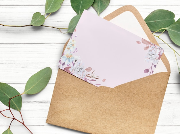 Diseño de tarjeta de invitación floral en blanco