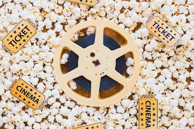 Diseño de tira de película sobre palomitas de maíz