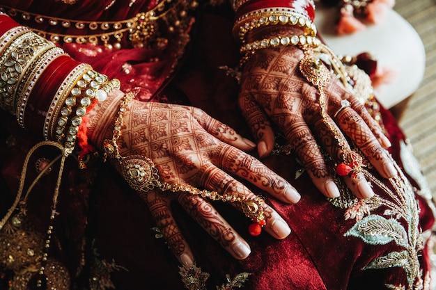 Diseños de mehndi en manos y hermosas joyas tradicionales de la india.
