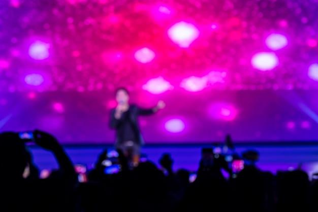 Disfocus of crowd delante del escenario del concierto