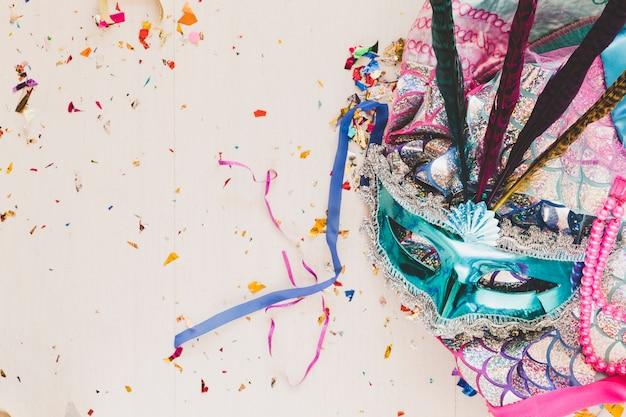 Disfraz brillante con máscara en confeti
