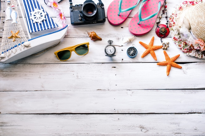 Disfraz de accesorios con viaje de verano en piso de madera