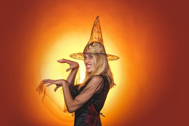 Disfraz de halloween, bruja. elegante, encantadora, tímida, juguetona, coqueta, peligrosa, misteriosa, aterradora belleza femenina.