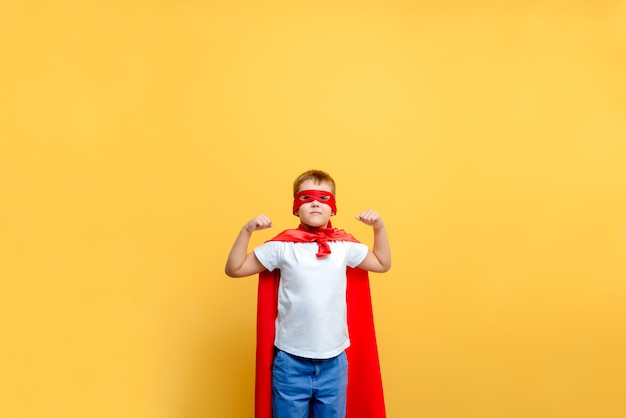 Disfraz de superhéroe infantil en el fondo