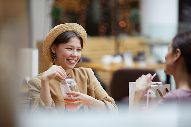 Disfrutando de bebidas en la cafetería