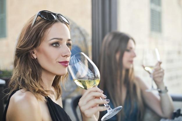 Disfrutando de una copa de vino
