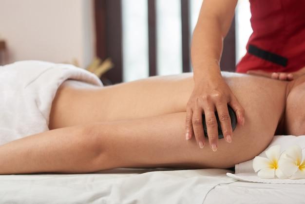 Disfrutando de masaje con piedras en el salón de spa