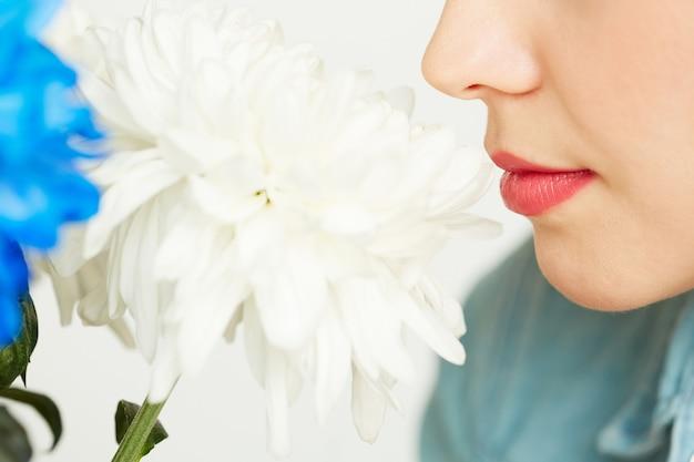 Disfrutando el olor del crisantemo blanco