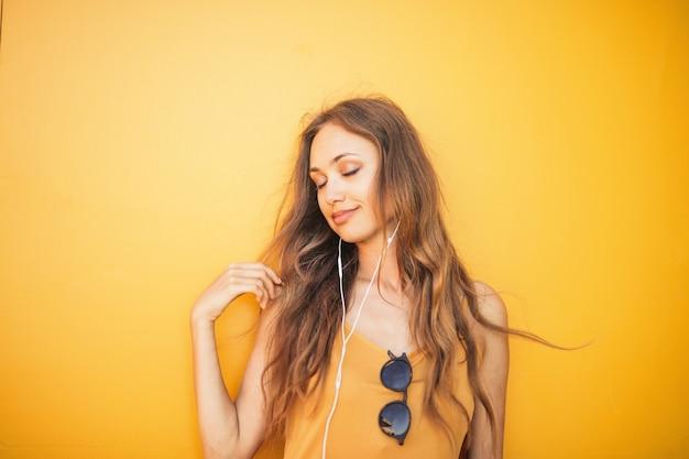 Disfrutando el sonido de la música.