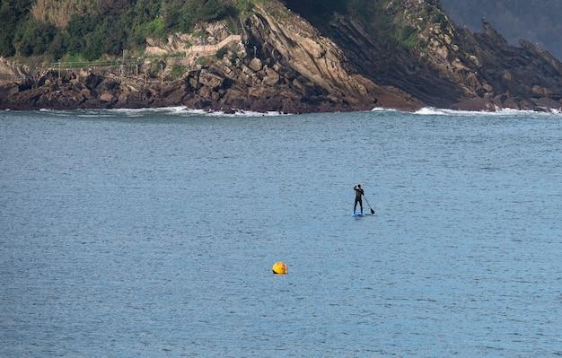 Disfrutando del surf de remo en alta mar