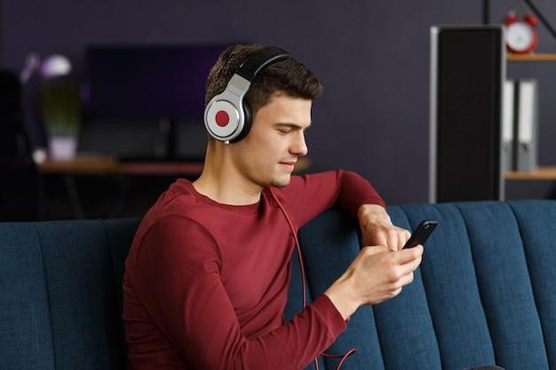 Disfrutar escuchando música joven en auriculares escuchando música