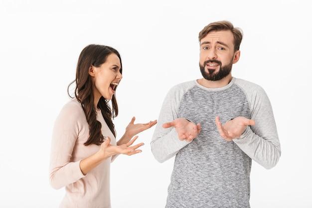 Disgustado joven pareja amorosa pelea.
