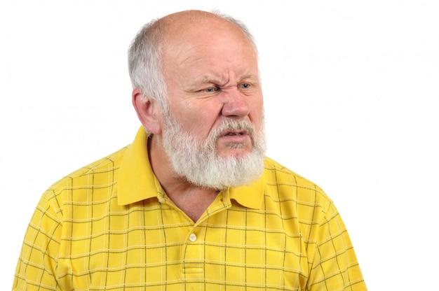 Disgustado senior hombre calvo