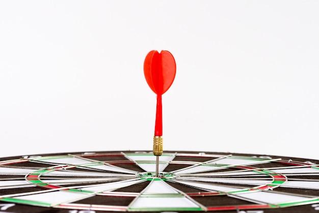 Dispara flechas rojas de dardos en el centro del blanco. objetivo de negocio o concepto de éxito objetivo.