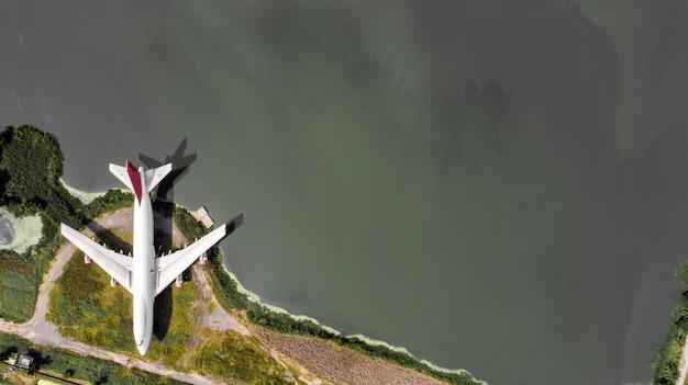 Disparo aéreo. viejos restos del avión en la vista superior, disparados por un drone.