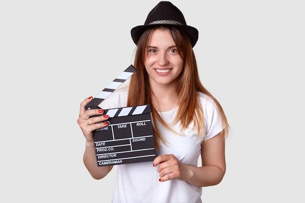 Disparo aislado de alegre mujer directora involucrada en la esfera de la cinematografía