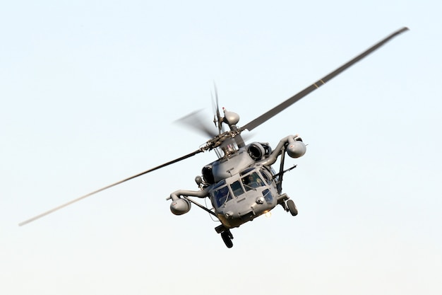 Disparo aislado de ángulo bajo de un halcón militar maniobrando
