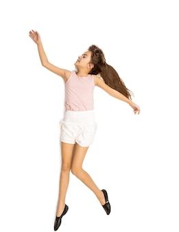 Disparo aislado de linda chica bailando y saltando alto