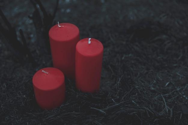 Disparo de alta vista de velas rojas para el proceso de invocación