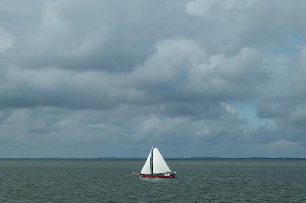 Disparo de alto ángulo de un barco de vela en el mar