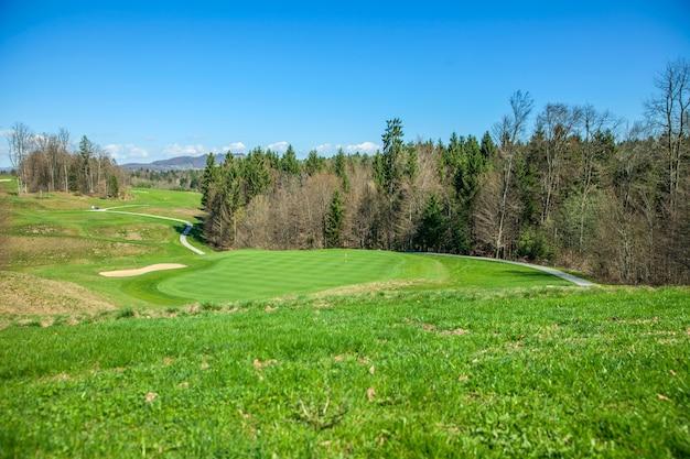 Disparo de alto ángulo de un campo de golf en otocec, eslovenia en un día soleado de verano