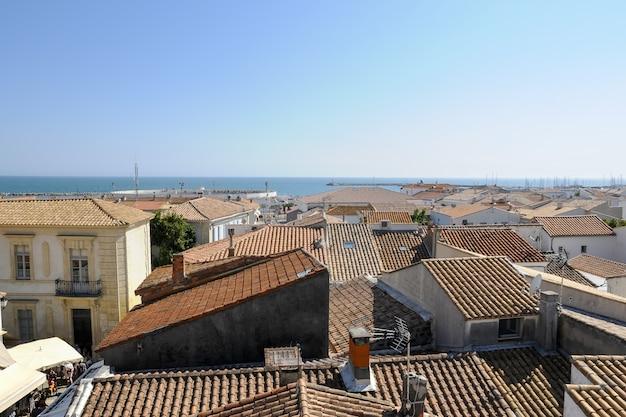 Disparo de alto ángulo de las casas cerca del océano capturadas en camague, francia
