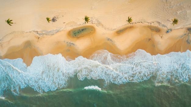 Disparo de alto ángulo de las hermosas olas espumosas en el norte de brasil, ceara, fortaleza / cumbuco / parnaiba