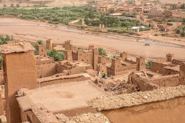 Disparo de alto ángulo de la kasbah ait ben haddou pueblo histórico en marruecos